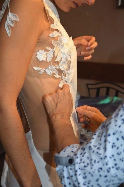 montage de dentelle sur maille chaire de robe de mariée sur mesure